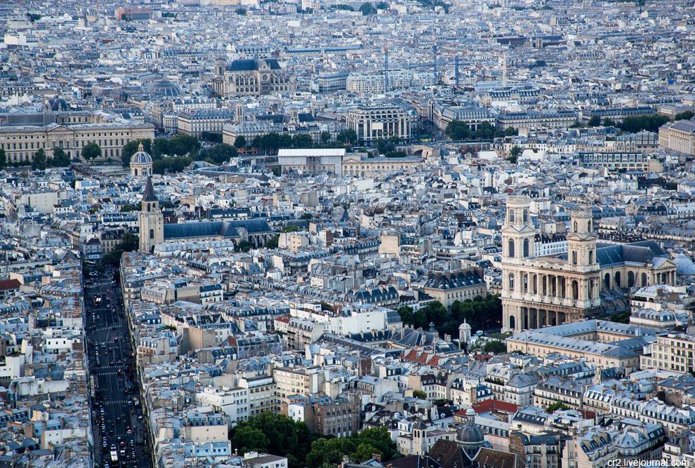 Правую башню колокольни Сен-Сюльпис частично разрушили прусские войска 140 лет назад. Непонятно, почему не восстановили