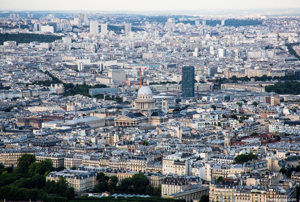 Пантеон - усыпальница великих людей Франции. Здесь покоятся Вольтер, Жан-Жак Руссо, Виктор Гюго, Пьер и Мария Кюри. В 2002 году сюда перезахоронили Дюма-отца