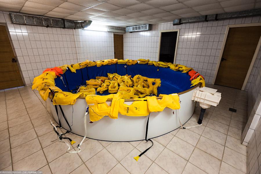 В комплексе есть бассейн и такие тренажеры, где бортпроводники отрабатывают спасение пассажиров на воде