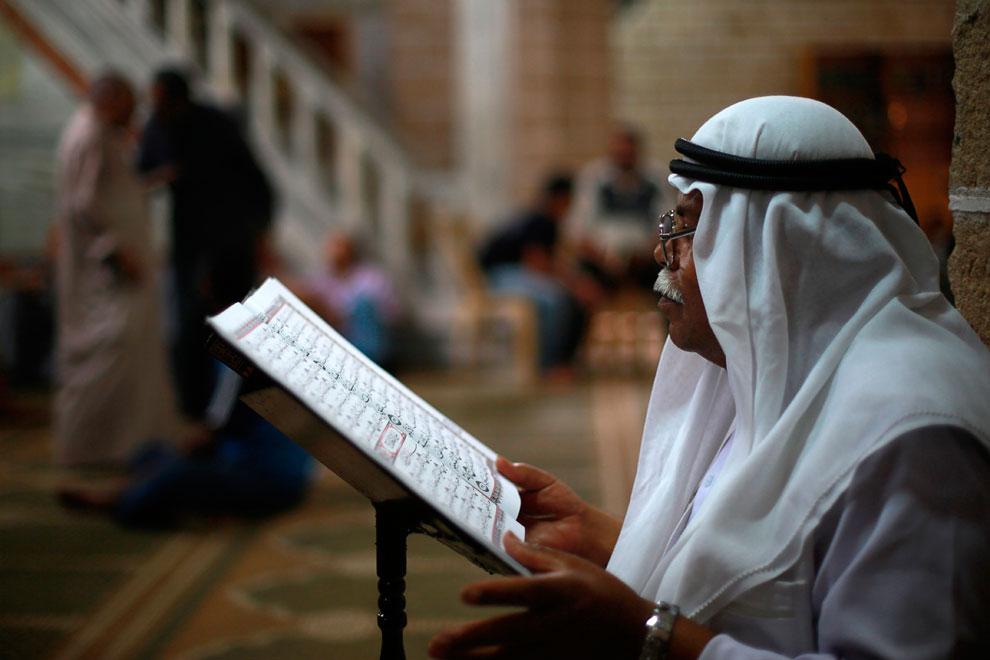 Людей за чтением Корана можно встретить в любых местах. Город Газа, Палестина
