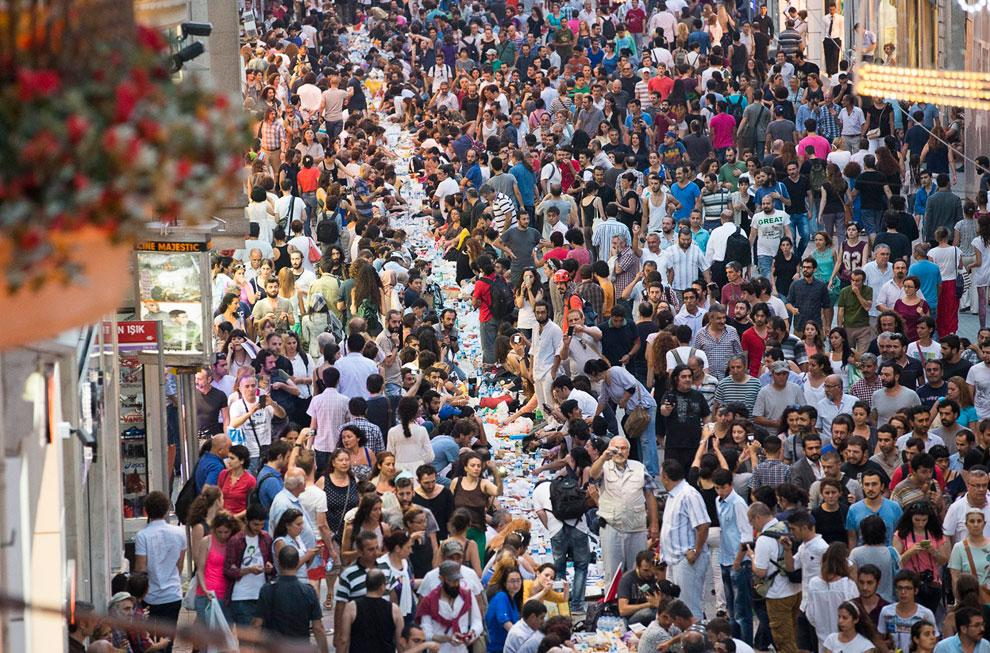 Протестующие в Стамбуле устроили 9 июля после захода Солнца первый ужин во время Рамадана 2013 прямо на улице Истикляль, ведущей к площади Таксим