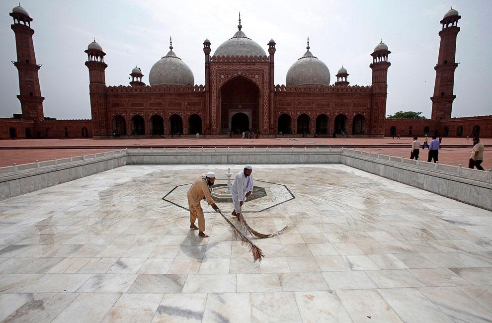 Уборка в мечети в Лахоре, Пакистан