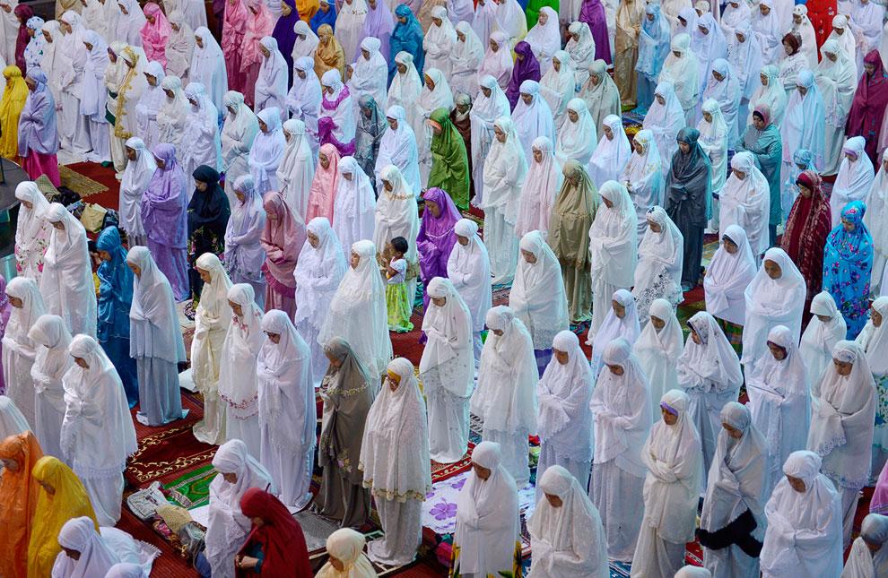 Молитва в первую ночь Рамадана в мечети в Джакарте
