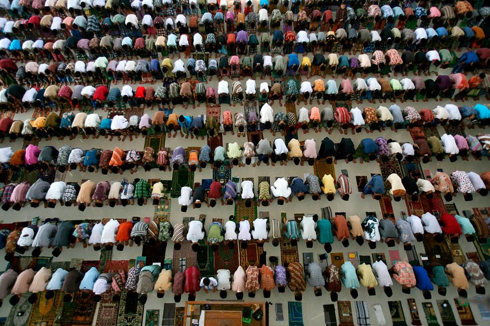 Молящиеся в Северной Суматре, Индонезия