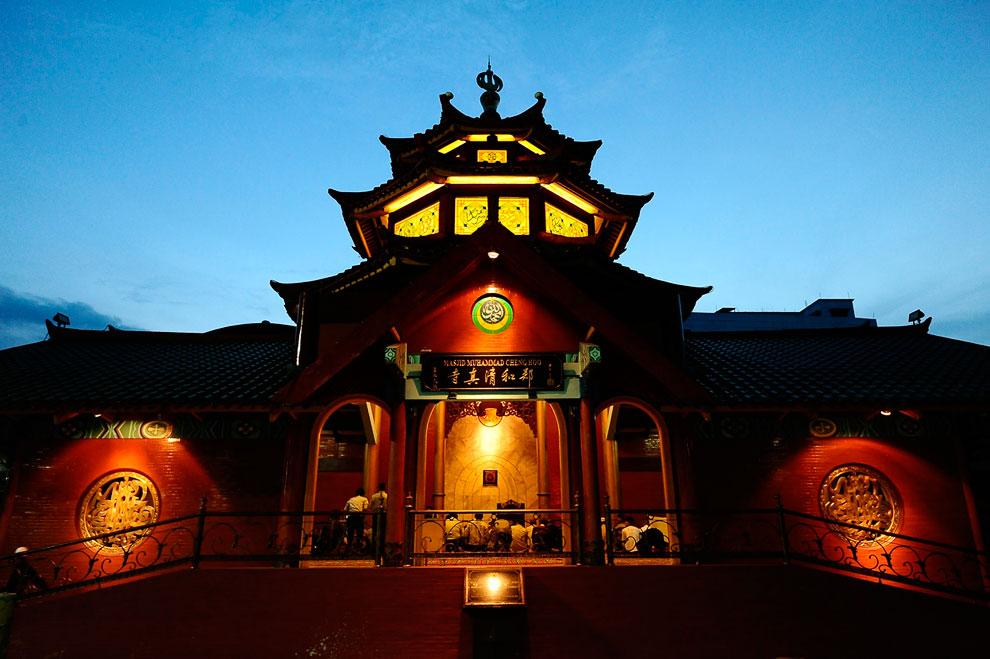 Мечеть в городе Сурабая, Индонезия