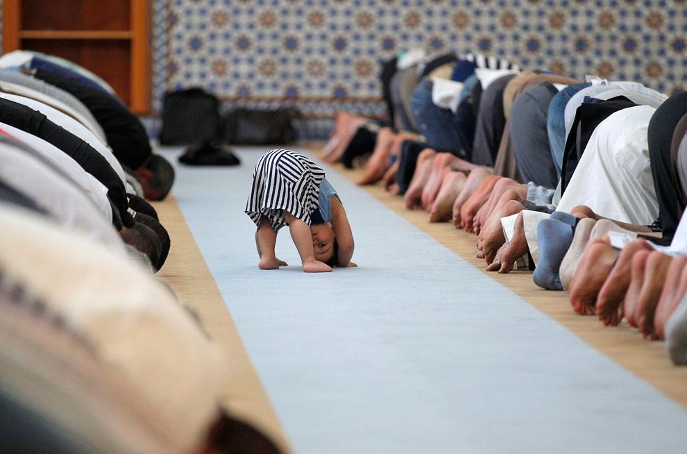 Начинающий мусульманин изучает движения при молитве в мечети в Страсбурге, Франция