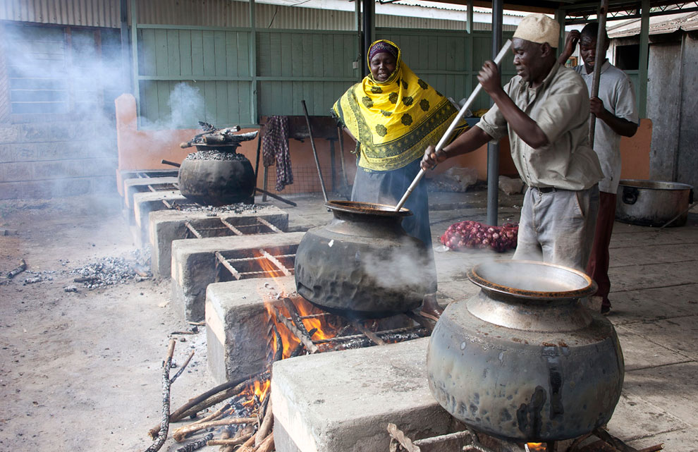В мечети в Найроби, Кения готовят еду, чтобы раздавать бедным и нуждающимся в Рамадан