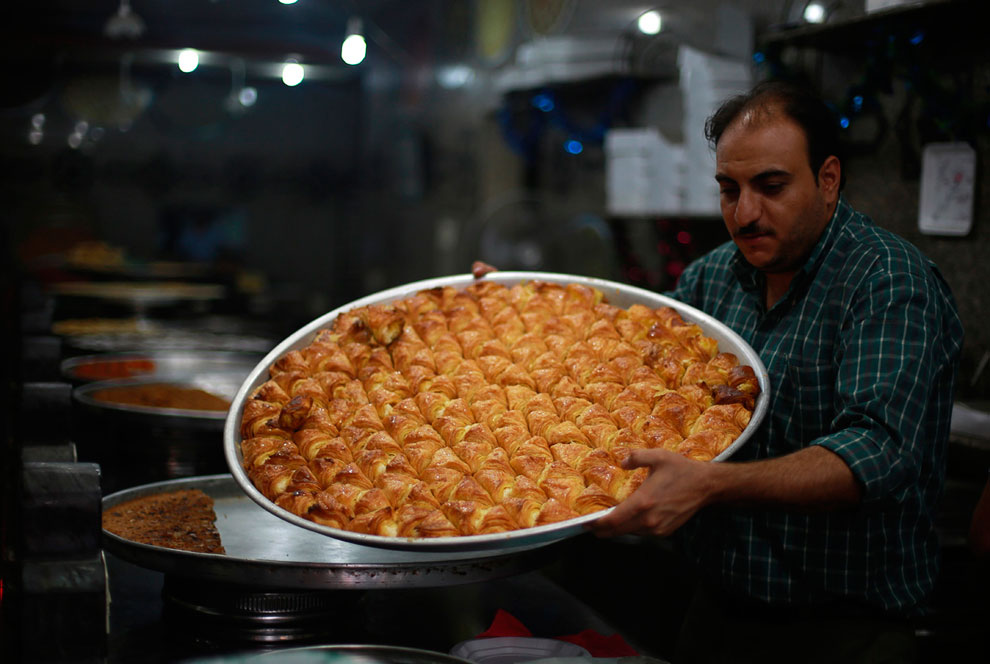 Сладости из пекарни в городе Газа накануне Рамадана