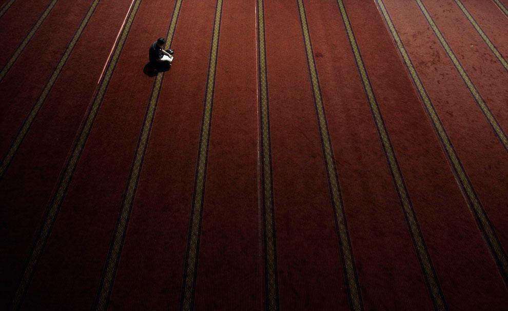 Еще один чтец Корана в мечети в Джакарте, Индонезия