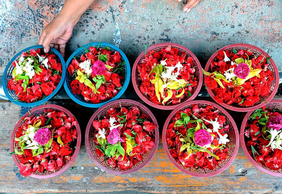Цветочные подношения. В городе Сурабая, Индонезия есть обычай посещать могилы своих предков и родственников до наступления Рамадана