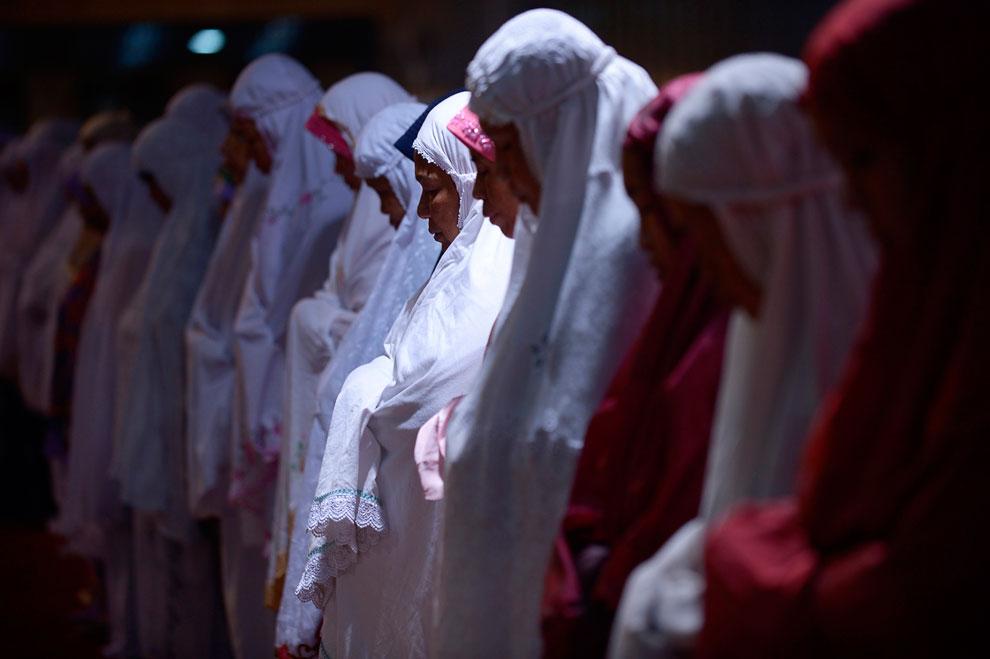 Молитва в первую ночь священного месяца Рамадан в мечети в Джакарте, Индонезия