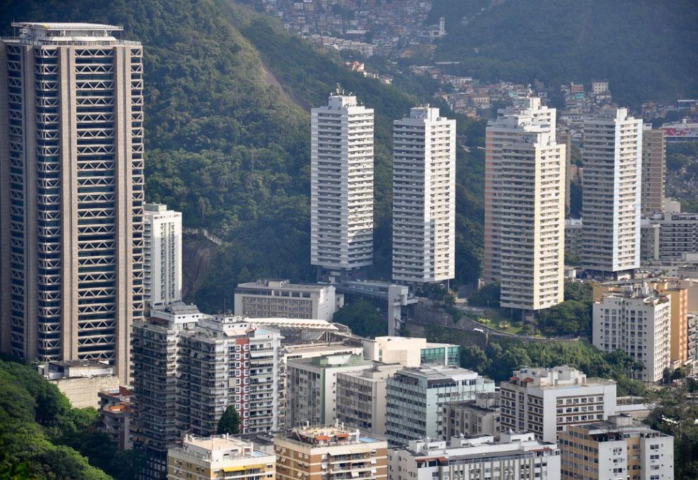 Здание слева — Rio Sul Center Building