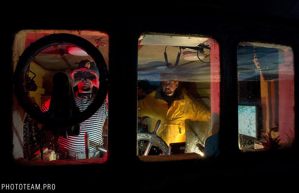 Научный руководитель экспедиции Лукошков (справа) и капитан корабля Синицын (слева) в рулевой рубке