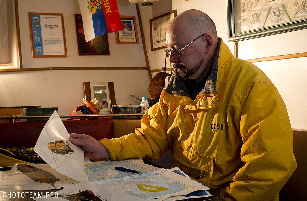Научный руководитель экспедиции Лукошков анализирует полученные данные