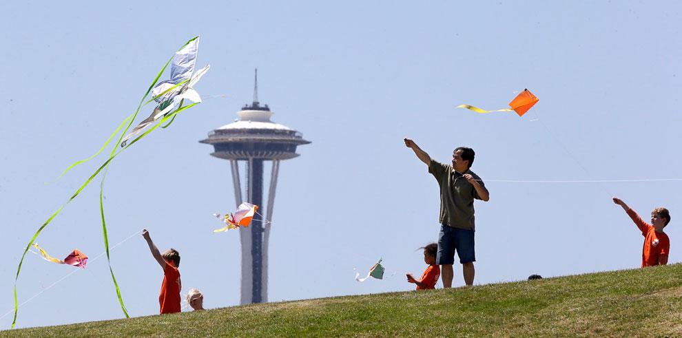 Воздушные змеи на фоне башни «Космическая игла» в Сиэтле