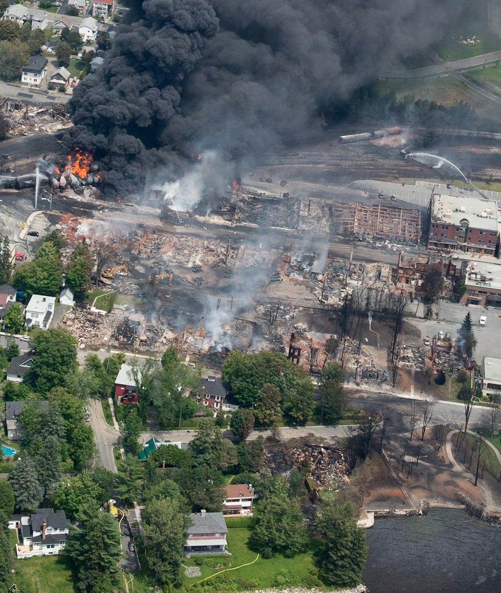 На этой фотографии видны последствия взрыва — разрушенные здания