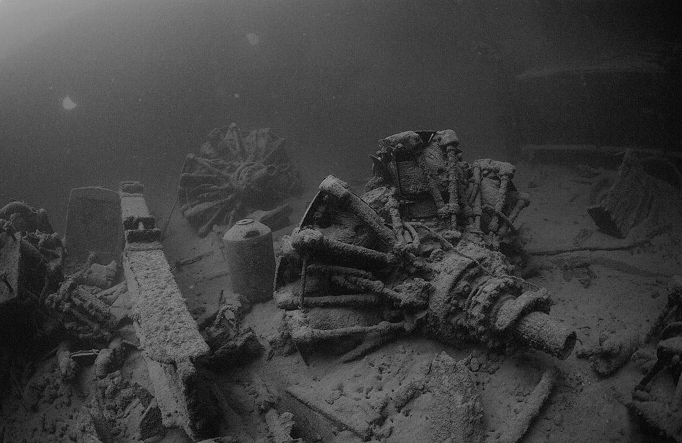 Затонувшее судно. В грузовом трюме авиационные двигатели