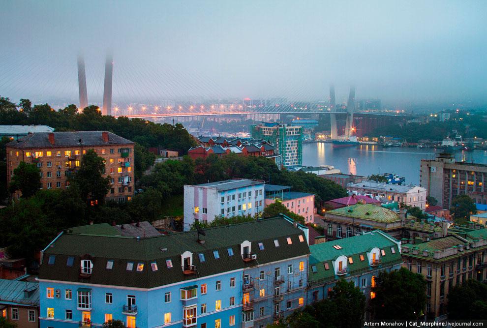 Из тумана выглядывает мост через бухту Золотой Рог