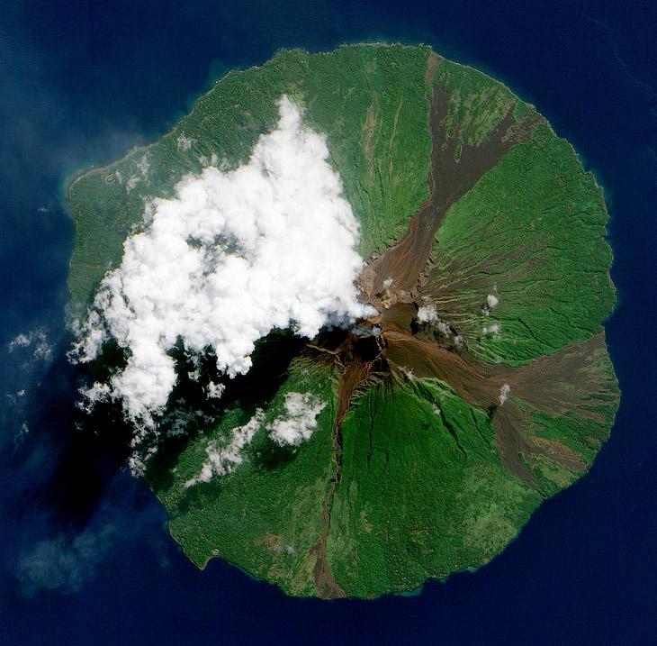 Как выглядит извержение вулкана из космоса