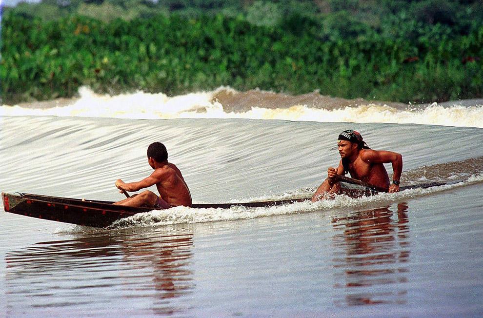 На приливной волне в каноэ в северной Бразилии
