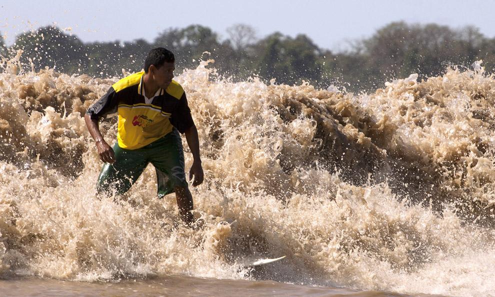 Приливная волна на Амазонке в Бразилии