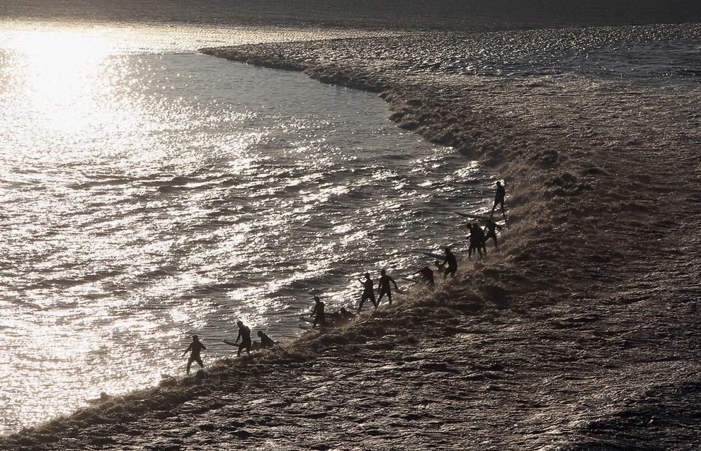 Серферы на реке Северн в графстве Глостершир
