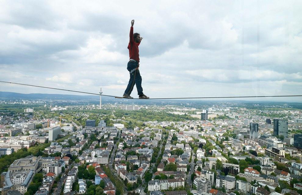 В июне этого года австриец Рейнхард Клейндл решил побороть боязнь высоты кардинальным способом — прошелся по канату между двумя небоскребами на высоте 185 метров, установив тем самым мировой рекорд