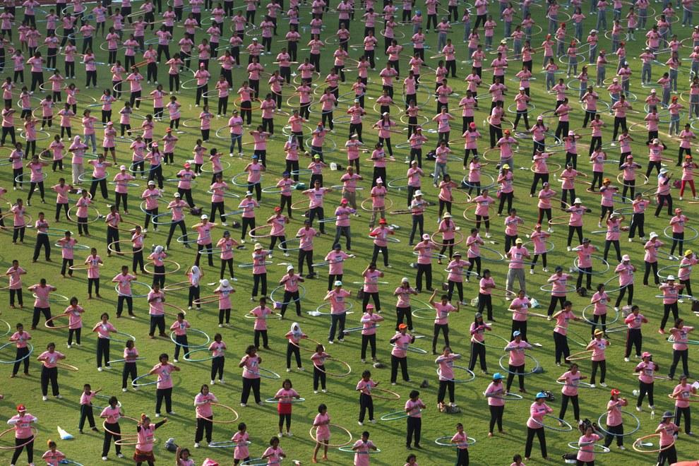 12 февраля 5 000 таиландцев одновременно начали крутить хула-хуп для продвижения здорового образа жизни, чтобы войти в книгу рекордов Гиннеса