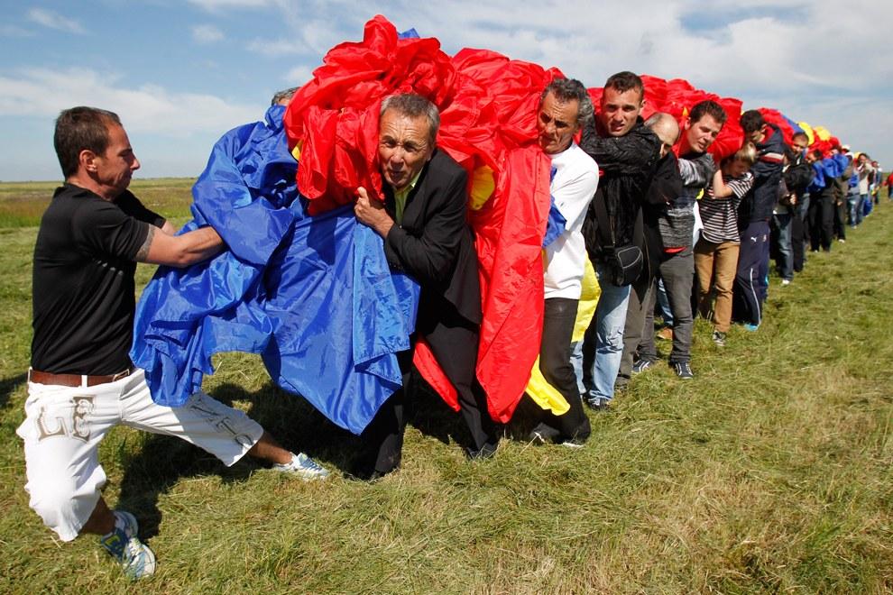 В мае 2013-го в Румылии изготовили национальный флаг, размерами 349,4 на 226,9 метров. Это был новый мировой рекорд
