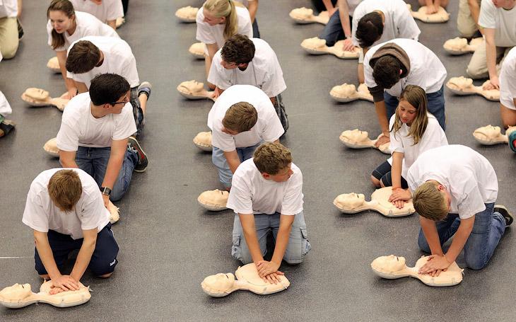 600 фельдшеров-студентов из Германии предприняли попытку установить рекорд Гиннеса по одновременной сердечно-лёгочная реанимации куклам