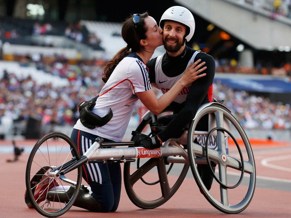 А вот это личное достижение. Канадец принимает поздравление от жены, после того как выиграл 100-метровку среди спортсменов на колясках на Паралимпийских играх 2012 в Лондоне
