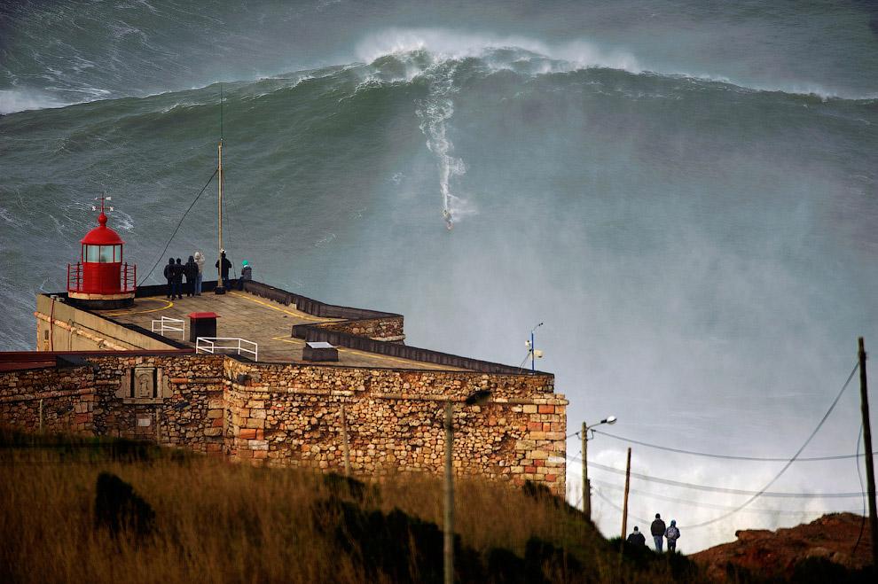 Серфер из Ирландии Гарретт Макнамара установил новый мировой рекорд, проехавшись на 30-метровой волне. Произошло это на атлантическом побережье Португалии 28 января