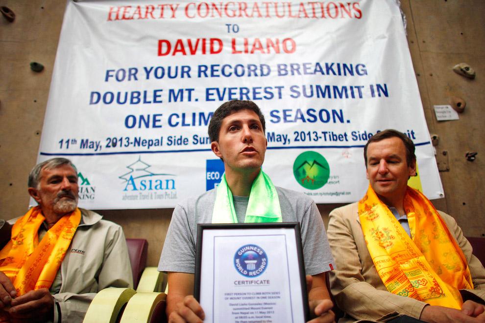 Мексиканский альпинист Дэвид Лиано Гонсалес стал первым человеком в мире, который взошел на гору Эверест, как с северной, так и с южной стороны на протяжении одного сезона