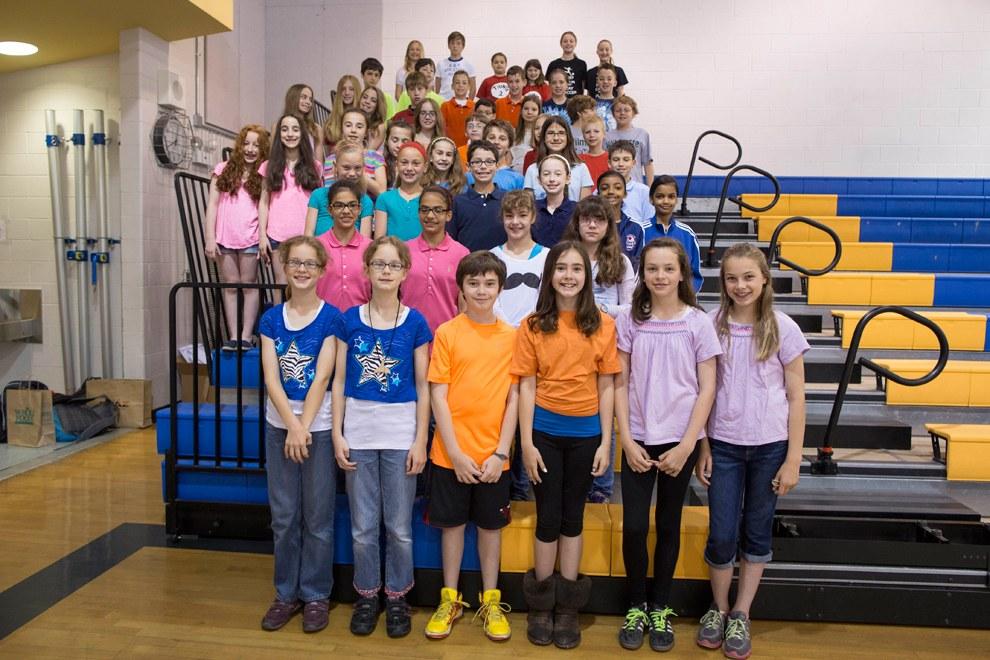 Двадцать четыре пары близнецов установить рекорд Гиннеса по количеству близнецов, учащихся в одном классе