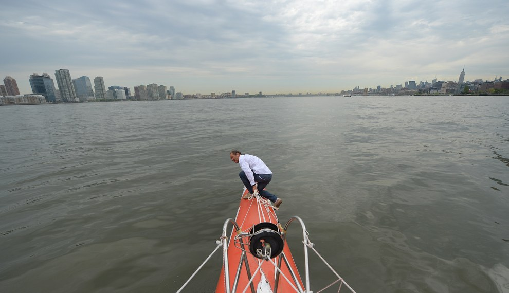 Новый мировой рекорд одиночного кругосветного плавания составляет 57 дней, 13 часов, 34 минуты и 6 секунд. Франсис Жуайон  стал самым быстрым яхтсменом-одиночкой