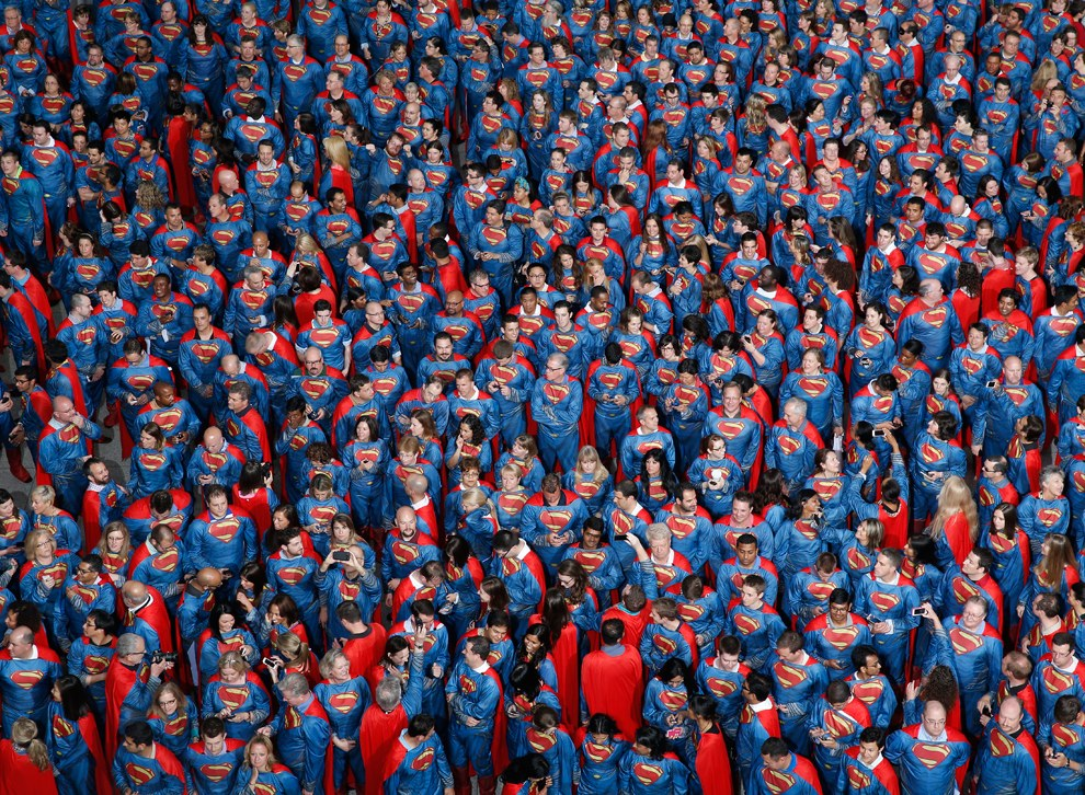 566 сотрудников корпорации Sears пытаются привлечь внимание к фирме, установив мировой рекорд Гиннеса за самое большое количество людей в одном месте, одетых как Супермен
