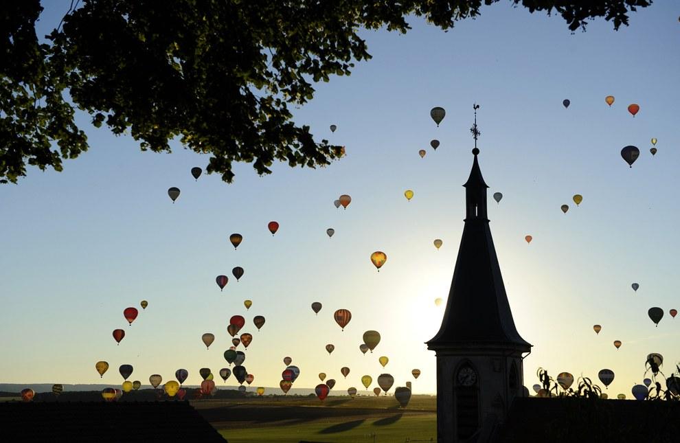 31 июля на востоке Франции пытались установить мировой рекорд, подняв одновременно в небо 408 воздушных шаров