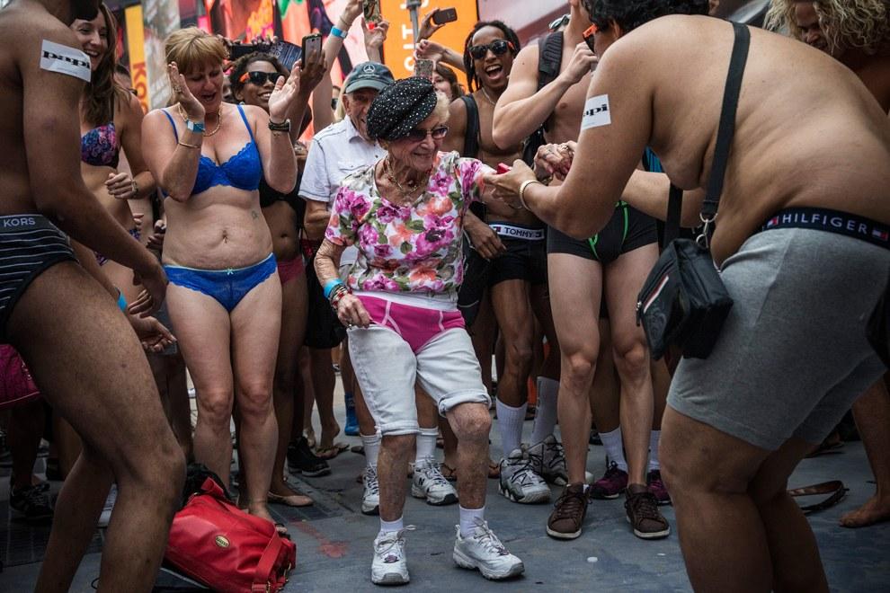Таймс-сквер, Нью-Йорк, 5 августа. Попытка установить новый рекорд по наибольшему количеству людей, собранных в нижнем белье в одном месте
