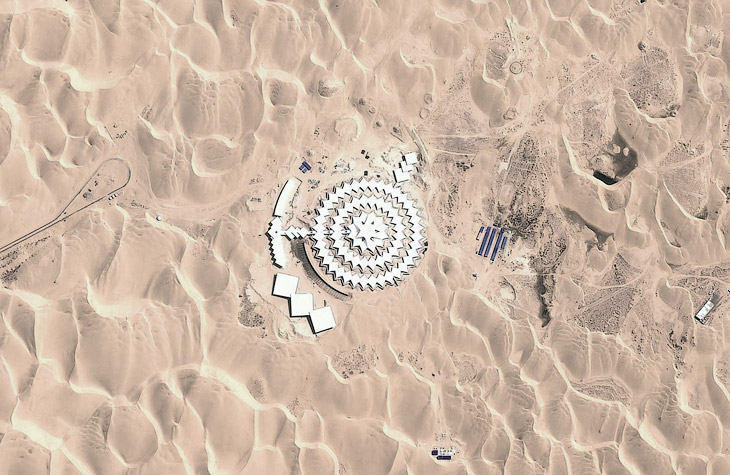 Отель получил название Песчаный Лотос из-за множества квадратных и треугольных панелей, которые часто повторяются по кругу и образуют изображение лотоса