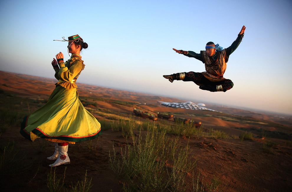 Ритуальный танец на фоне отеля Песчаный Лотос
