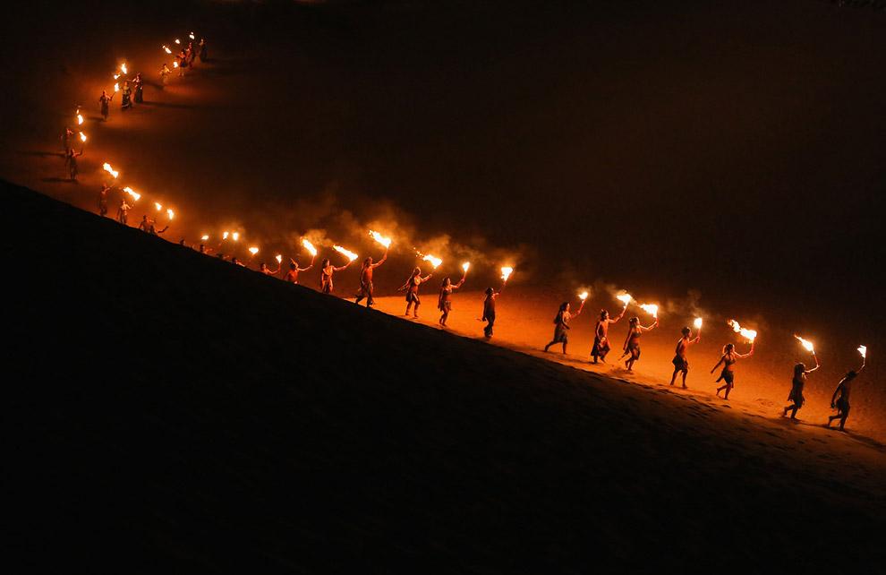 Огненное представление для туристов около отеля Песчаный Лотос
