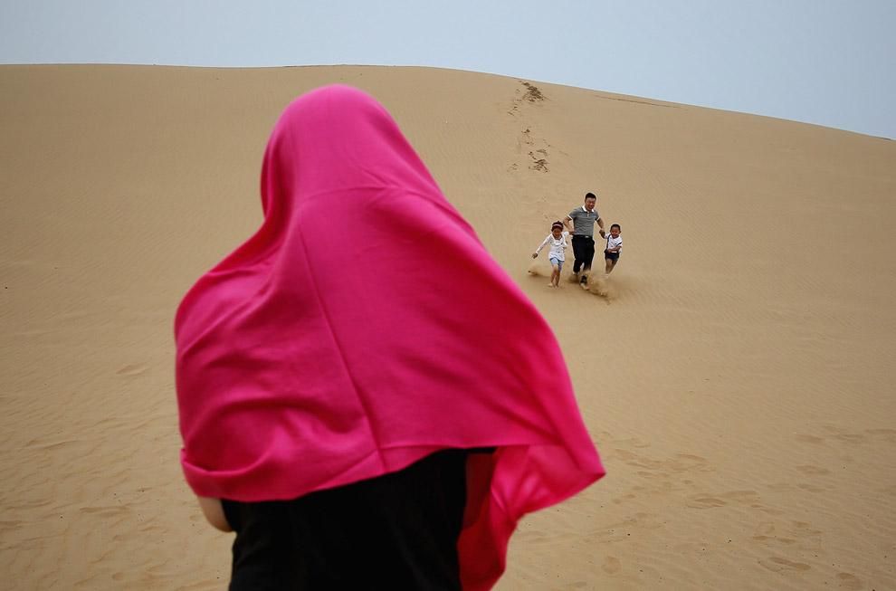 Зато можно побегать по дюнам и услышать рев «поющих песков» — природное явление, которое до сих пор до конца не изучено