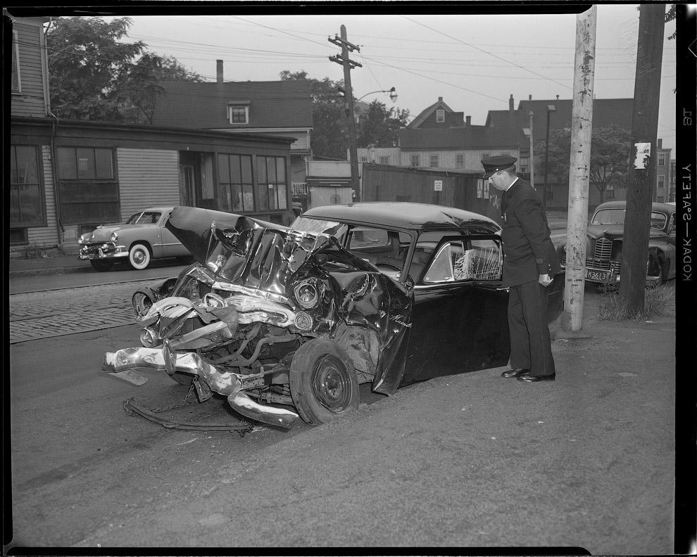 Полицейский рассматривает автомобиль, 1952 год