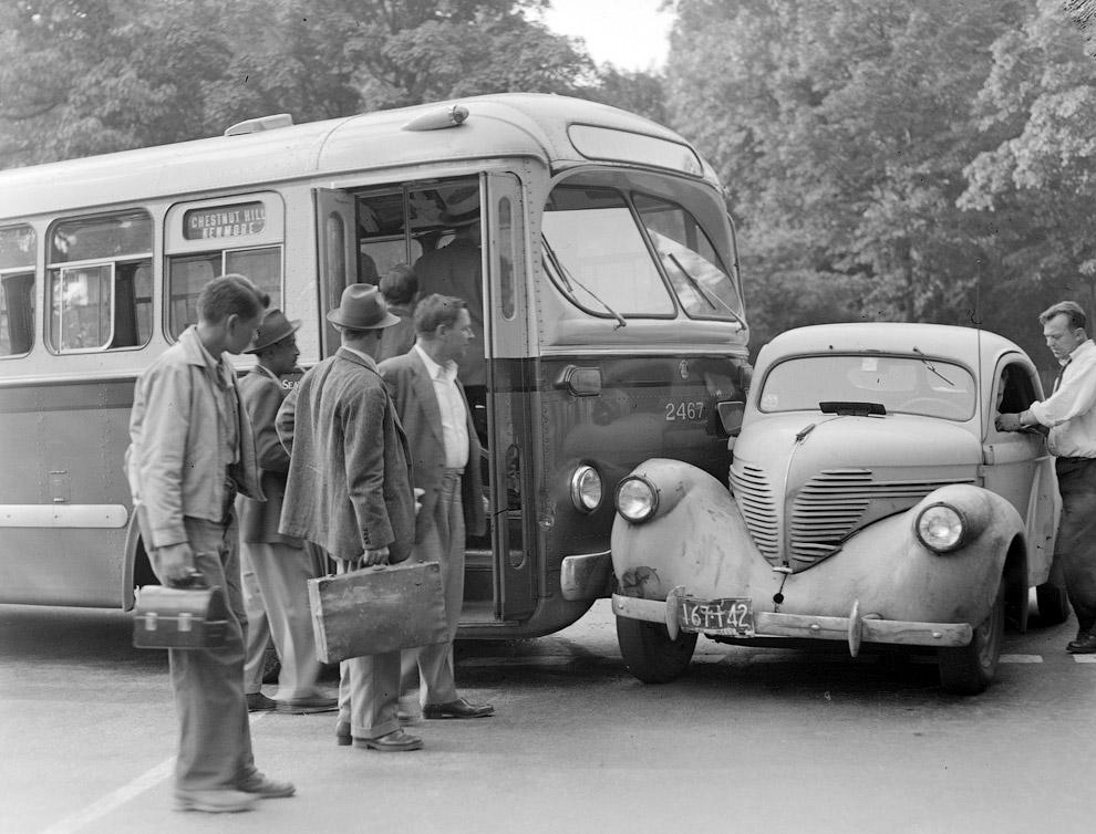 Теперь точно опоздают на работу. Авария автобуса и машины в 1930-х