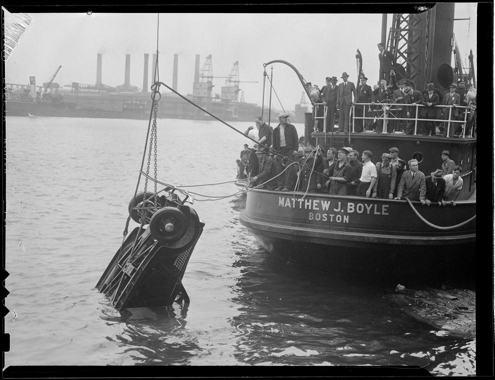 Подъем машины из воды, май 1936 года