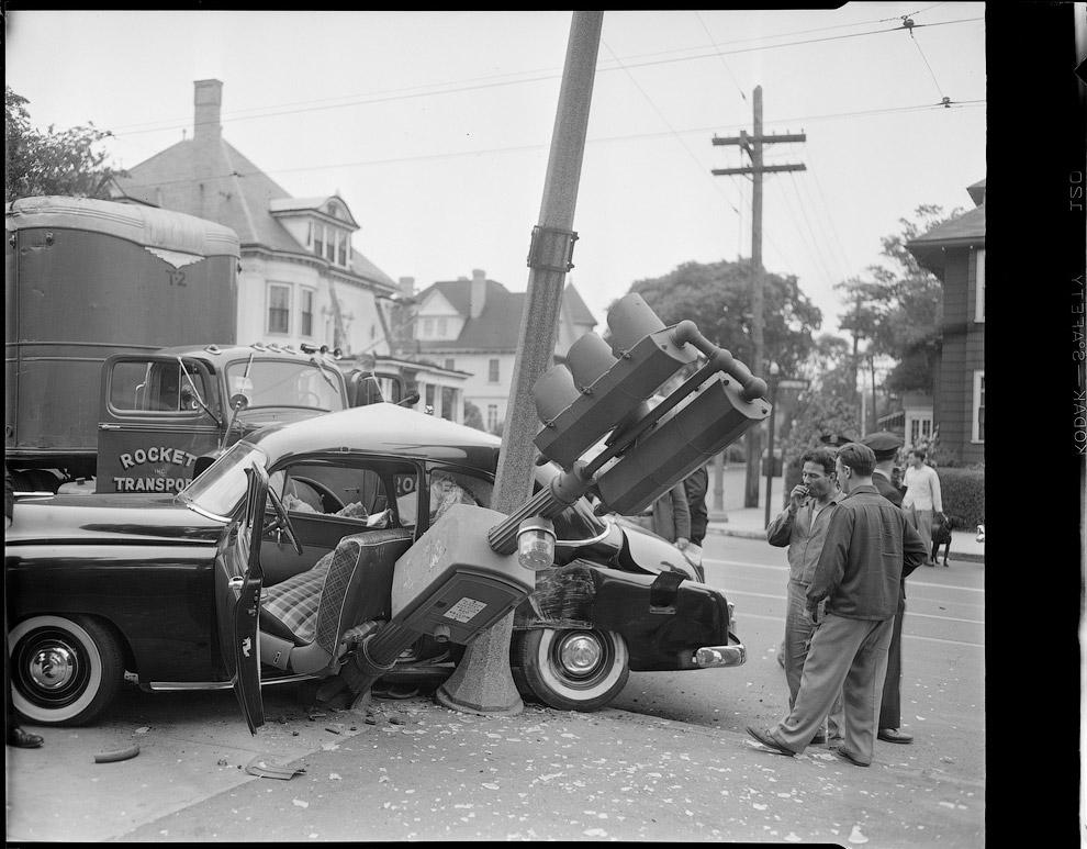 Снесенный столб и светофор. Авария в промежутке между 1934 – 1956