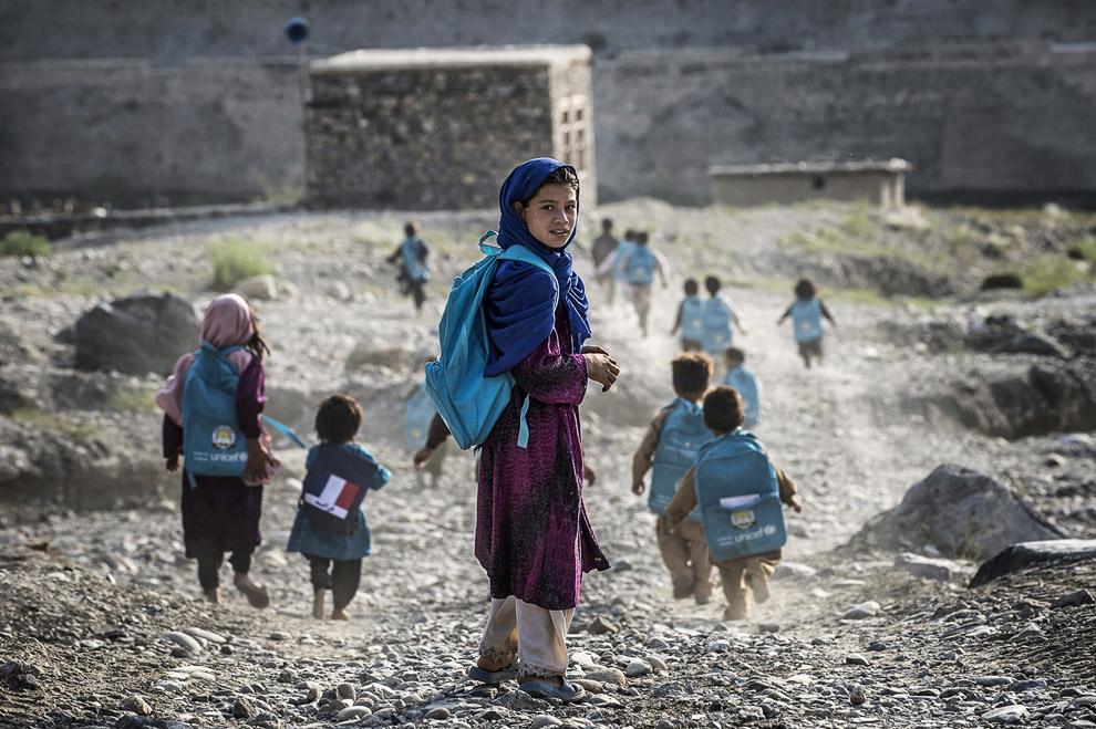 Афганские дети идут в школу недалеко от французской военной базы