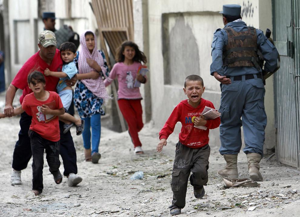 Люди разбегаются после взрыва в Кабуле