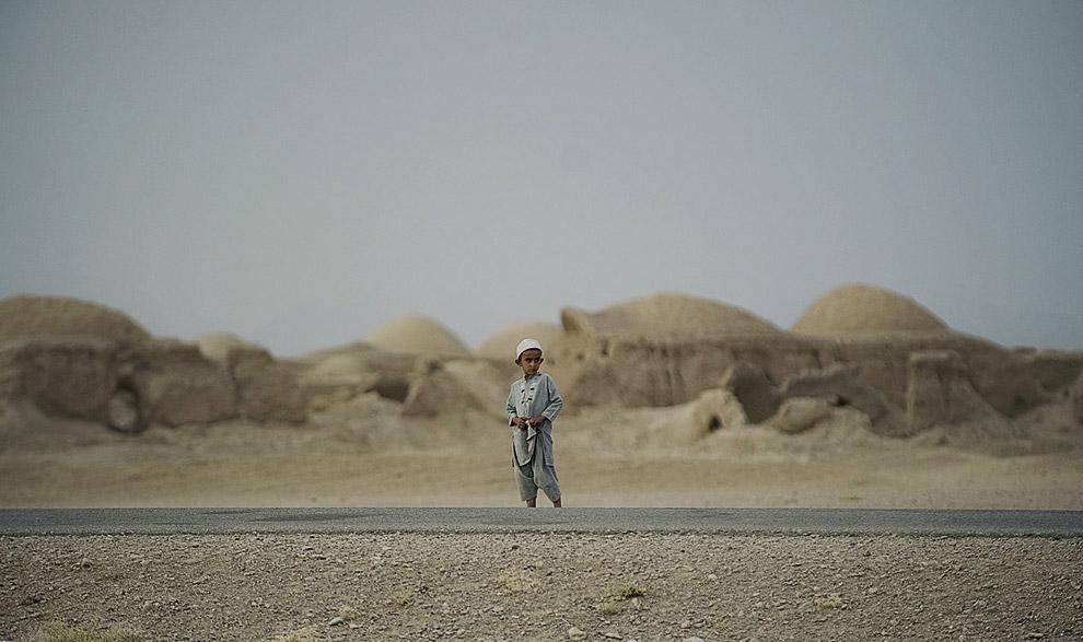 Мальчик наблюдает на колонной американских солдат