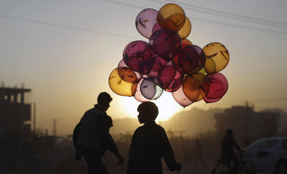 Мальчик-продавец воздушных шаров
